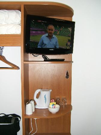 Premier Inn Edinburgh A7 (Dalkeith) Hotel: Flat screen television.