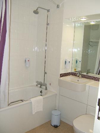 Premier Inn Edinburgh A7 (Dalkeith) Hotel: bathroom with shower over the bath.