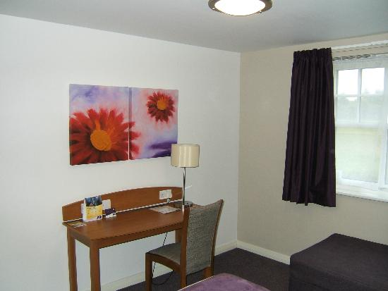 Premier Inn Edinburgh A7 (Dalkeith) Hotel: Writing desk.