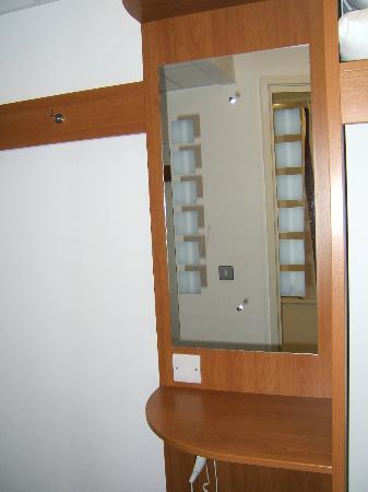 Premier Inn Edinburgh A7 (Dalkeith) Hotel: Mirror and lighting unit.