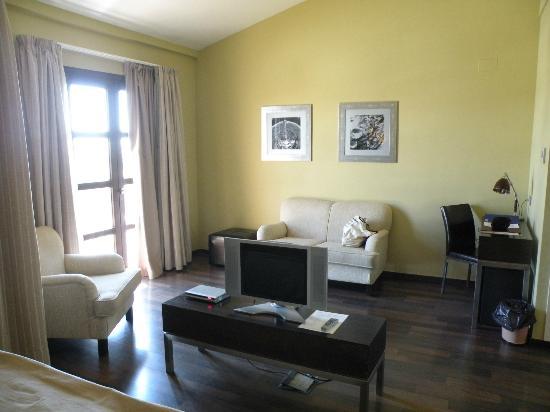 Villa Nazules Hipica Spa: Lounge area of room
