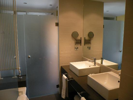 Villa Nazules Hipica Spa: Bathroom with his and hers sinks