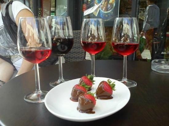 Eleto Chocolate Cafe: Wine and Strawberries