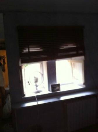 Hostellerie le Roy Soleil : Vue imprenable! petit ventilateur pour remplacer la clim