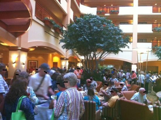 Embassy Suites by Hilton San Marcos - Hotel, Spa & Conference Center: Hordes clamoring for refreshments at poorly organized happy hour
