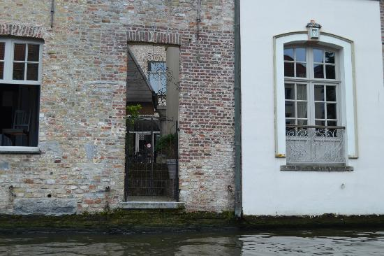 Canalview Hotel Ter Reien: Lovely gate looking onto canal but watch out for the floor level windows if you have children.