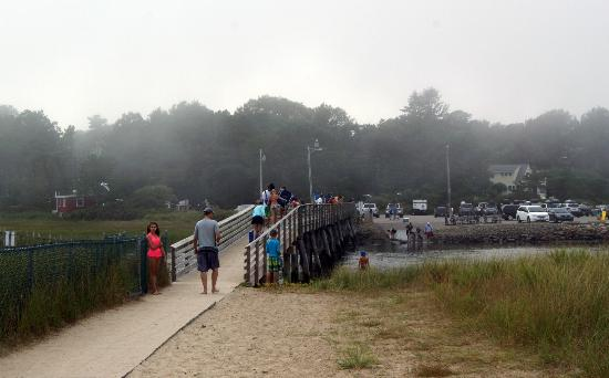 Ogunquit Beach: Bridge going over river to the parking lot. Storms coming our way!