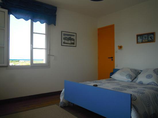 Hotel restaurant d'Ar Men: Le lit (avec la fenêtre qui donne sur le phare)