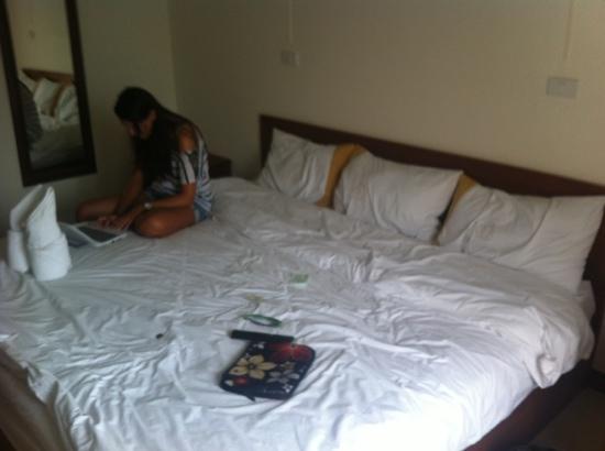Rafael Mansion Bangkok Airport: masive triple bed