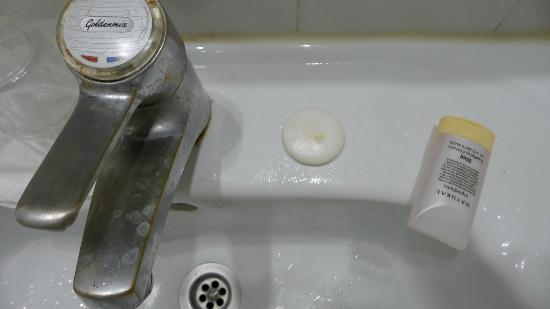 "Hotel Delfina Beach: Bathrooms are old, not very good quality and not ""very clean"""