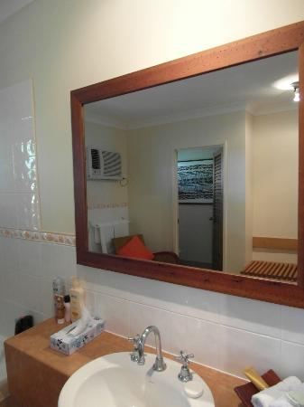 Hibiscus Resort & Spa: Bathroom mirror