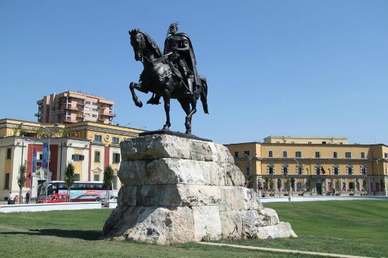 Skanderbeg Square: Statue of Skanderbeg