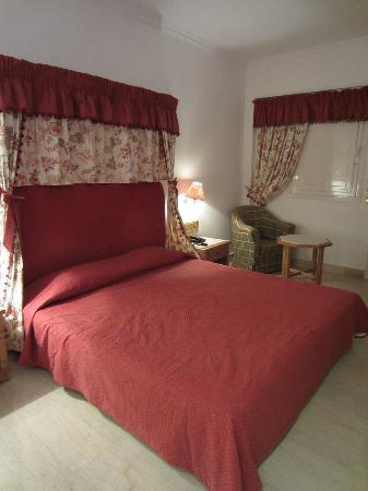 Mitsis Rinela Beach Resort & Spa : Chambre/Lit