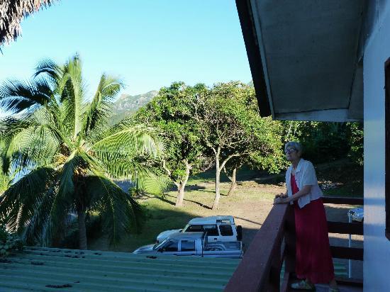 Nuku Hiva, Fransk Polynesien: Balcon donnant sur rue et parking.