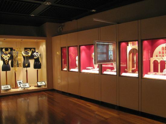Μουσείο Κοσμήματος Ηλία Λαλαούνη: A display on the second floor