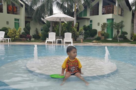 Acuatico Beach Resort & Hotel: my 2 year old son enjoying the 2 ft. pool