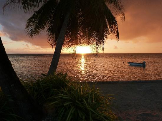 Nanihi Paradise: Coucher ed soleil sur la plage