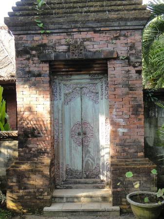 Fare Ti'i  (Villa Ti'i Bali): Wooden doors (not Kamboja room)