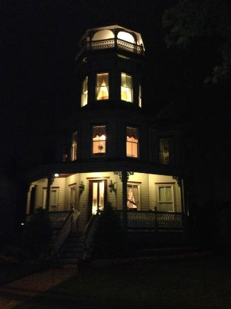 The Tower Cottage B&B: Night Time View of the Tower Cottage