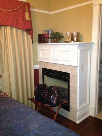 The Tower Cottage B&B: Wellington Room Fireplace View