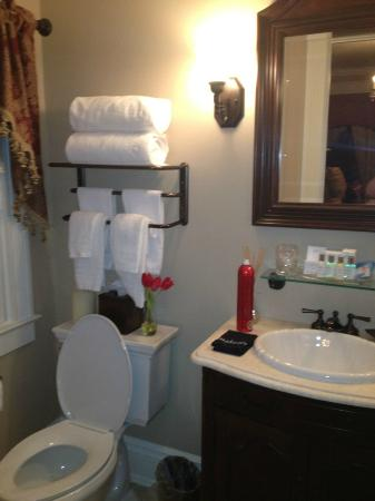 The Tower Cottage B&B: Wellington Bathroom