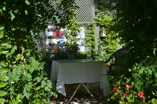 Lavender Inn: One of the several nooks in the garden....perfect for a quiet place for your morning coffee