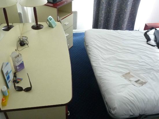 Appart'City Nancy : Espace entre lit et bureau: impossible d'utiliser le bureau.