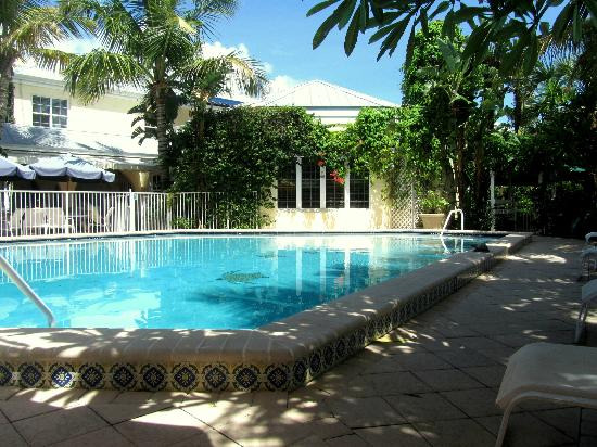 The Caribbean Court Boutique Hotel: The pool area