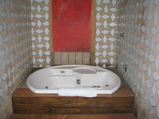 Hotel Azzi - Locanda degli Artisti: vasca con idromassaggio