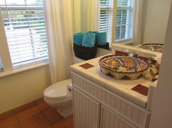 The Caribbean Court Boutique Hotel: Bathroom area