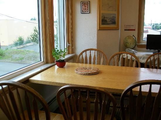 Qupqugiaq Inn: Lobby offers a dining table.