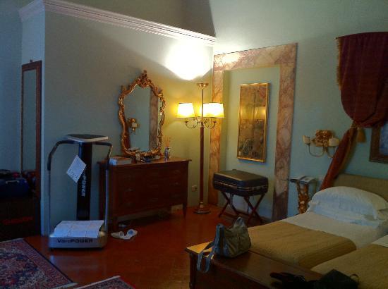 Palazzo Magnani Feroni : 寝室はエクストラベッド2つは余裕です