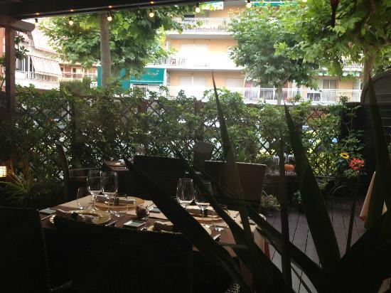 La morera: Outdoor seating