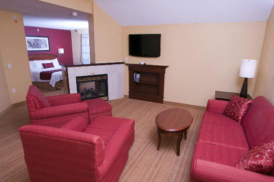 Courtyard Middlebury: King Suite living area