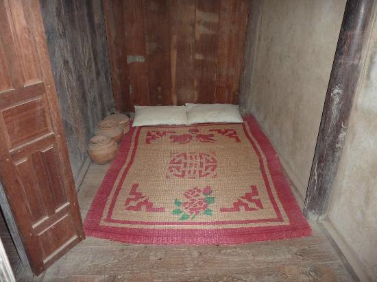 couche à l\'intérieur d\'une maison de minorité - Picture of Vietnam ...