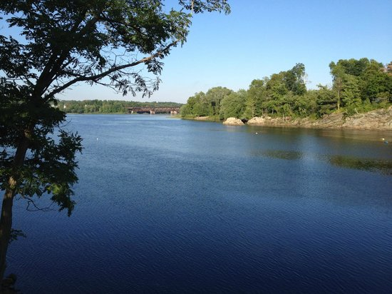Sea Dog Brewery: Androscoggin River from the restaurant