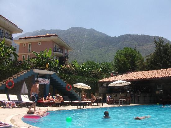 Antas Deluxe Aparts: Pool & bar area + stunning mountain views.