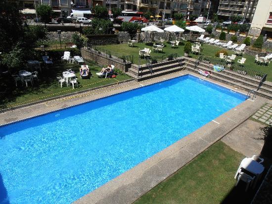 ApartHotel PEY: Piscina del hotel y jardín