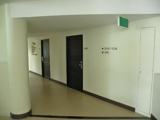 Sawaddi Patong Resort & Spa: Puerta de la habitación