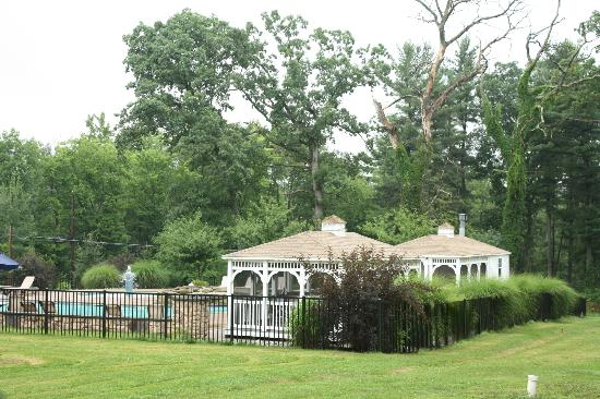 Woodfield Manor, a Sundance Vacations Resort: The gated pool and gazeebo area