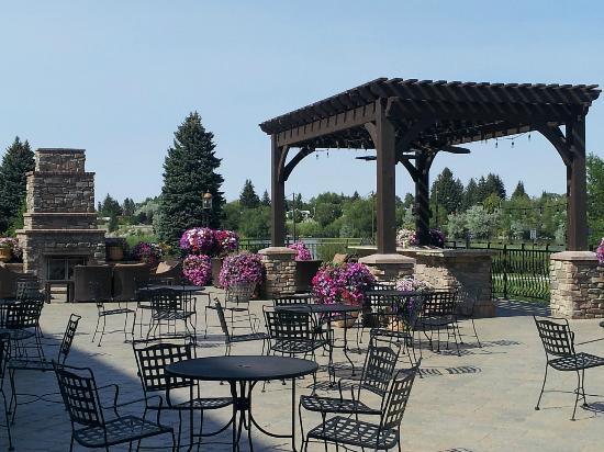 Hilton Garden Inn Idaho Falls: Outdoor patio and fireplace