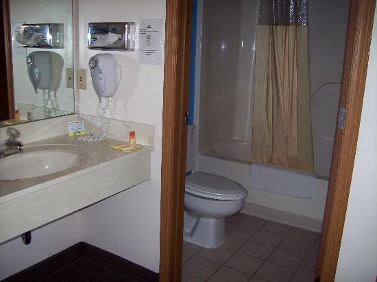 Rodeway Inn: Bath / Sink area