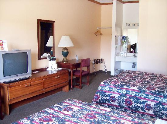 Americas Best Value Inn - Ludington: desk