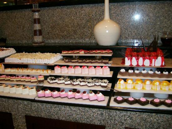 Maritim Pine Beach Resort: cakes