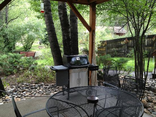 Streamside on Fall River: patio with grill