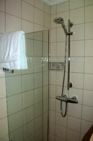 Hotel Park Bergen: Shower right next to sink