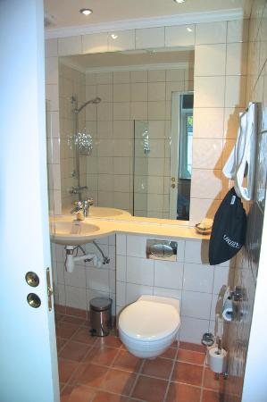 Hotel Park Bergen: Small bathroom