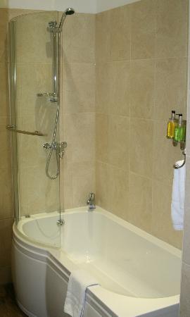 Tudor Hotel : Ensuite Bathroom