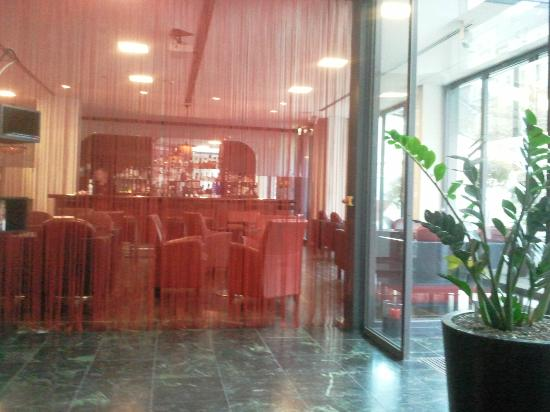 ARCOTEL Velvet: Accueil, vue sur le bar de l'hôtel