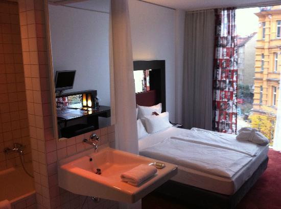 ARCOTEL Velvet: la chambre, avec un bout de salle de bain et son rideau